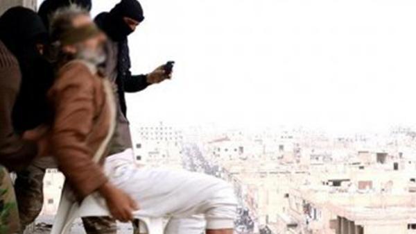 Febrero de 2015. En Raqqa, Siria, ISIS lanza nuevamente desde un edificio a otra persona por ser gay. La modalidad comenzaba a extenderse por todas las ciudades donde se aplicaba la sharia.