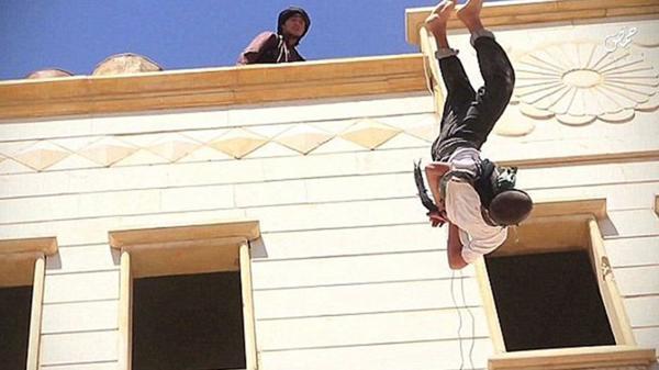 """Un adolescente de 15 años fue violado por Abu Zaid Al Jazrawi, oficial de ISIS. A raíz de ello fue condenado por ser """"homosexual"""": fue ejecutado."""
