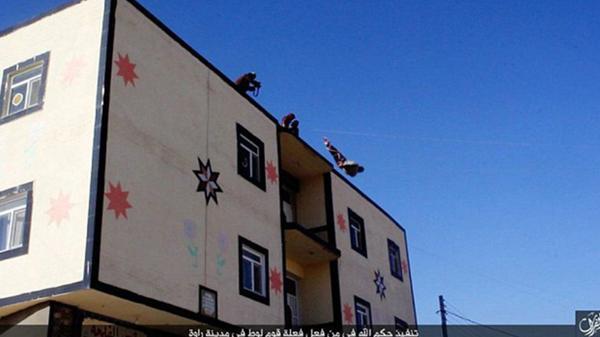 """El hombre fue sometido a un simulacro absurdo de un """"tribunal islámico"""" que lo condenó a muerte. Como marcaba la tradición fue arrojado desde la azotea de un edificio en la provincia siria de Deir Ezzor"""