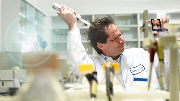 Osman Kibar en uno de los laboratorios de Samumed, la startup de biotecnología más valiosa del planeta (Forbes)
