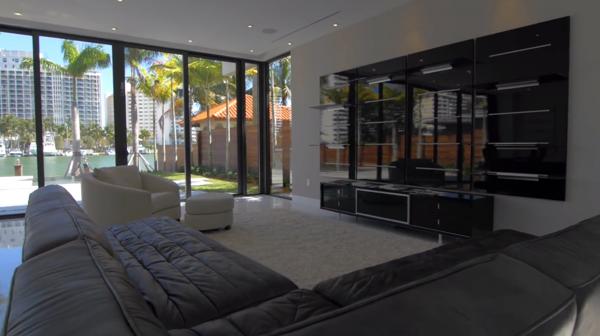 La mansión que adquirió Mayweather tiene cinco dormitorios, cinco baños, cocina, sala de estar, piscina y spa, entre otras comodidades
