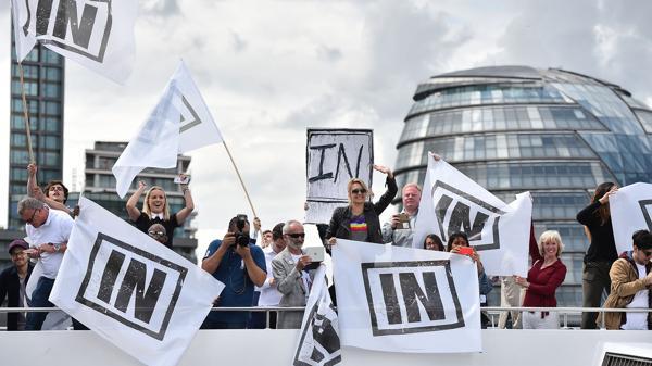 Manifestantes a favor de la permanencia en la Unión Europea (AFP)
