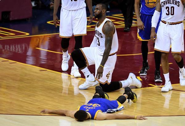 Una de las postales de la final, LeBron ante Curry en el sexto partido (AFP)