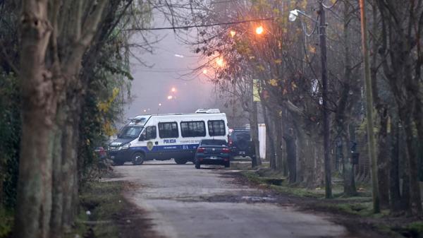 Así la policía llevaba adelante el operativo esta mañana en la vivienda de José López. (Adrián Escandar)
