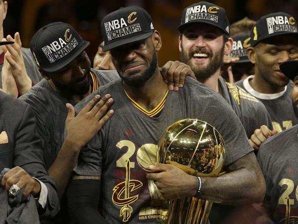 LeBron James recuperó la corona de la NBA al remontar la serie ante Golden State Warriors (AP)