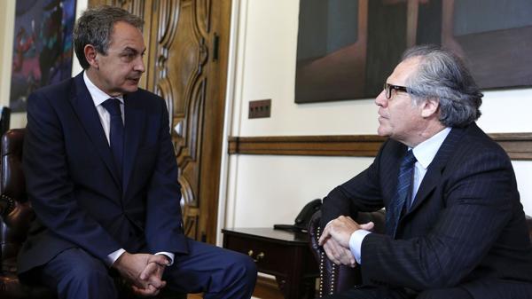 Luis Almagro recibió a Rodríguez Zapatero en su despacho antes de la sesión del Consejo (EFE)