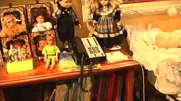 Más muñecas al lado de una cama. Debajo pueden verse libros y revistas. Muchos de ellos contenían imágenes pornográficas y de adolescentes desnudos