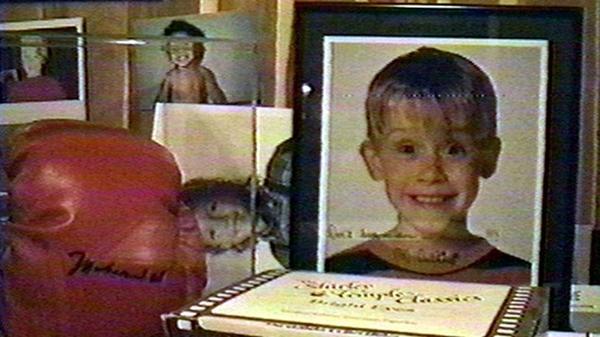 """La imagen de Macaulay Culkin autografiada y dedicada al cantante pop: """"No me dejes solo en la casa"""", le escribió el malogrado actor a Michael Jackson"""