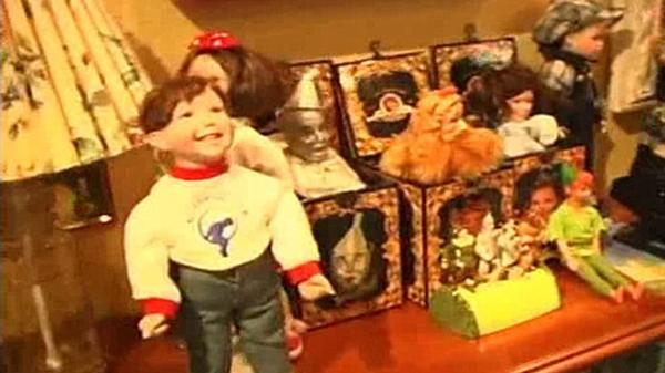 La policía halló decenas de muñecas en la propiedad de Michael Jackson y en el armario secreto del cantante