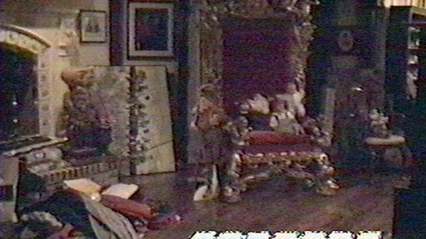 Una de las salas principales de Neverland Ranch. Allí puede verse el trono que usaba el dueño de casa rodeado de pequeños