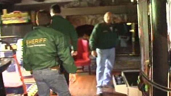 Agentes de la Oficina de Investigaciones Criminales de Santa Barbara revisan la mansión de Michael Jackson. Era noviembre de 2003