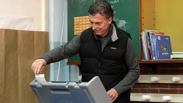 Mauricio Macri, probando las máquinas del voto electrónico (DYN)