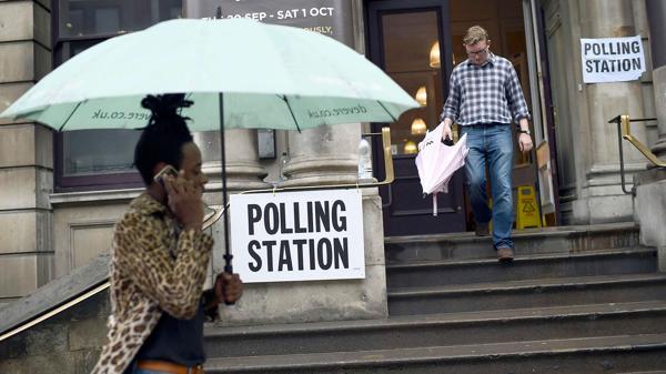 Las lluvias fueron la marca del día del histórico referendo (Reuters)