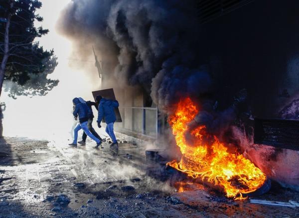 Las sesiones en la Legislatura de Santa Cruz terminaron con incidentes y protestas violentas. (Télam)