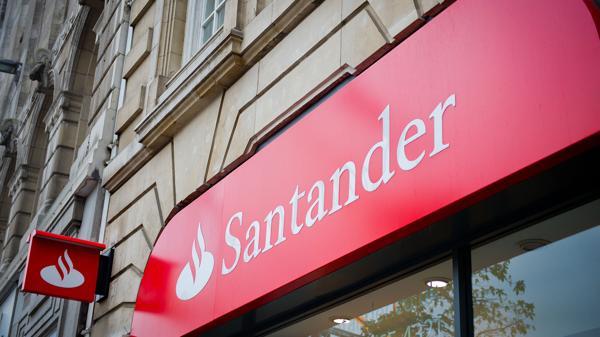 El Banco Santander se haría cargo de 71 sucursales y una plantilla de 2.775 empleados (shutterstock)