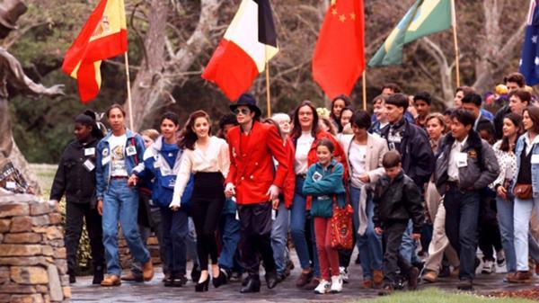 La proximidad de Michael Jackson con los niños fue siempre objeto de especulaciones y sospechas (AP)