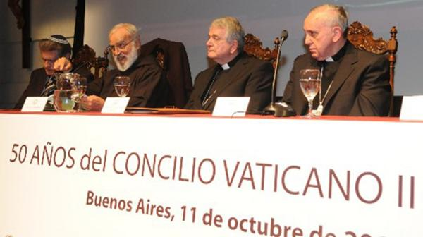 De izq der: Abraham Skorka, el predicador del Vaticano, Raniero Cantalamessa, el nuncio Emil Tscherrig y el entonces arzobispo de Buenos Aires, Jorge Bergoglio (2012, Acto en la UCA por el 50 aniversario del Concilio Vaticano II)