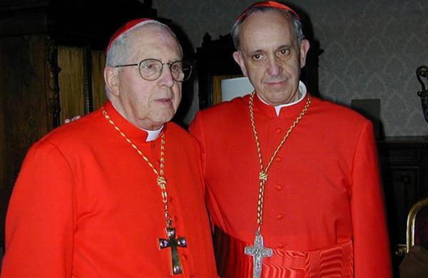 El cardenal Jorge Mejía (fallecido en 2014) junto a Jorge Bergoglio