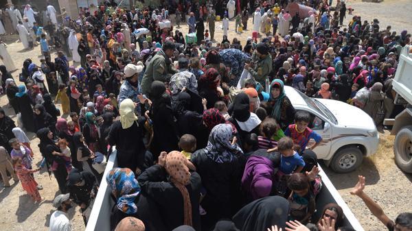 Los habitantes de Faluya se juntaron en torno a camiones que llevaban ayuda para ellos. (Reuters)