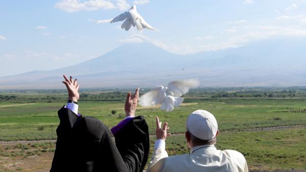 El papa Francisco libera las dos palomas de la paz junto al patriarca armenio Karekin II. (Reuters)