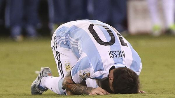 El desconsuelo de Lionel Messi tras fallar su penal en la definición de la Copa América Centenario ante Chile (EFE)