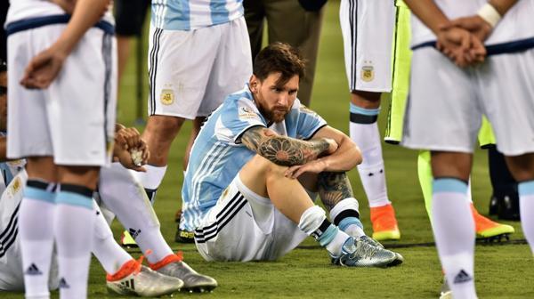 La decepción de Messi tras haber perdido una nueva final (AFP)