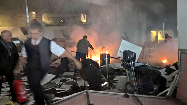 Una escena de cómo quedó el aeropuerto de Estambul luego del atentado suicida de los yihadistas.