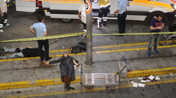 Algunos cuerpos de las 36 víctimas del ataque contra el aeropuerto de Estambul (Reuters)
