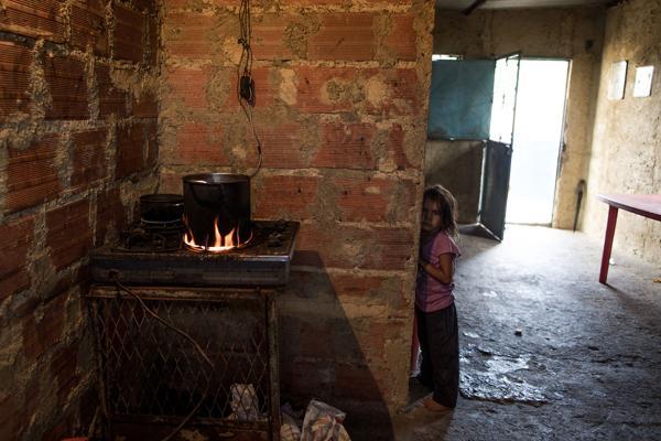 Una niña espera para almorzar. Una de las dos comidas que afortunadamente podrá ingerir (Washington Post)