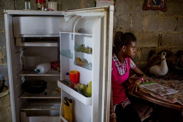 Andrea Sira tiene 11 años. La única comida en el interior de su refrigerador son mangos y agua (Washington Post)