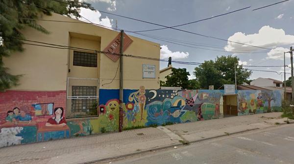 El último hecho de esta característica ocurrió en la escuela secundaria N°18 de Zárate, donde un padre le desfiguró la cara a una docente.. (Street View)