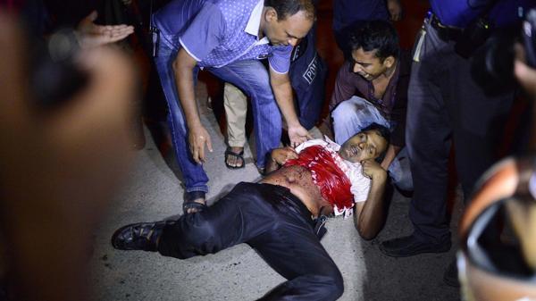 Al menos dos policías que habían resultado heridos en los enfrentamientos fallecieron (AP)