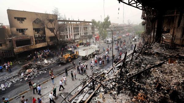 Una postal del brutal atentado en el centro de Bagdad que dejó docenas de muertos(AP)