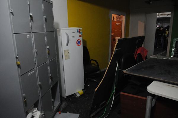 Otra de las oficinas que destruyeron los desconocidos que tomaron el edificio por la fuerza (Télam)