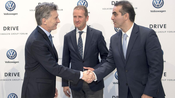 El presidente Mauricio Macri junto a ejecutivos de la compañía (Gentileza Volkswagen)