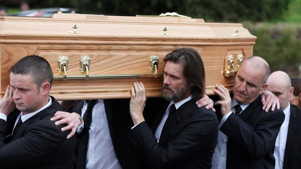 Jim Carrey, de 53 años, en el funeral de su ex pareja (AP)