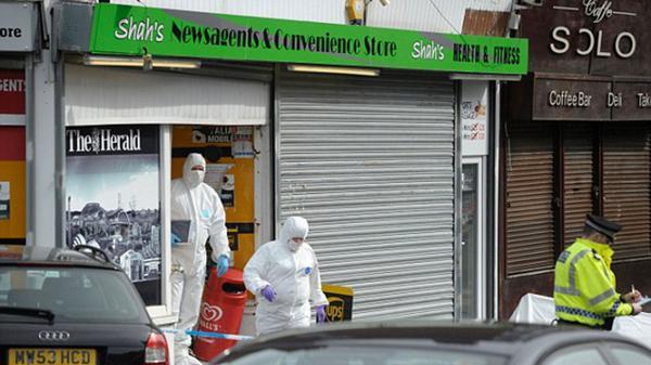 Investigadores de la Policía de Glasgow realizan pericias en el local de Shah, donde fue apuñalado por Ahmed