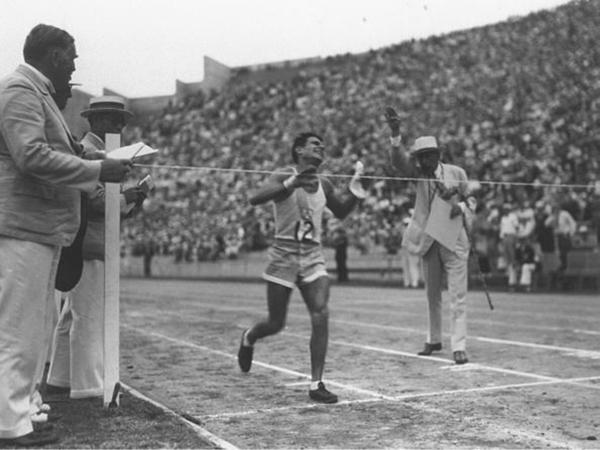 1932: El Atletismo sumó dos oros consecutivos gracias a Juan Carlos Zabala y Delfo Cabrera. Se consagraron en la disciplina maratón en los Juegos Olímpicos de Los Ángeles 1932 y Londres 1948, respectivamente