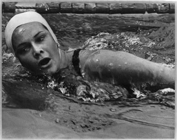 1936: Jeanette Campbell es la primera mujer argentina medallista. Logra la presea de plata en Natación en los Juegos Olímpicos de Berlín