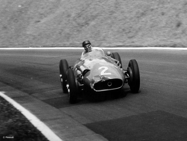 1957: Juan Manuel Fangio vuelve a ser noticia en el mundo del automovilismo. Consigue su quinto campeonato en la Fórmula 1. El corredor fue uno de los deportistas argentinos más destacados de la historia