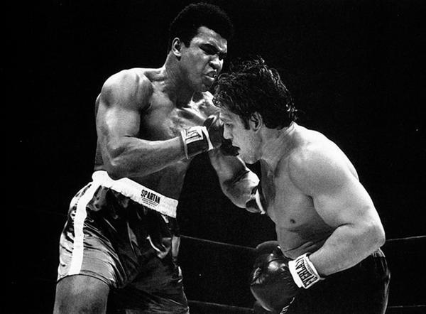 1970: El boxeador argentino Ringo Bonavena enfrentó a Muhammad Alí en una de las peleas más vistas en la historia del boxeo. El combate lo ganó el norteamericano en el último de los 15 rounds que se disputaron