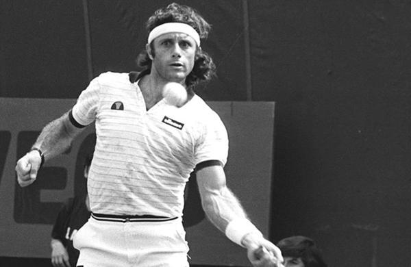 1977: El tenista argentino Guillermo Vilas gana 16 títulos en un año. En toda su carrera logró consagrarse en 62 oportunidades. Durante 1977 ganó dos Grand Slam. Triunfó en Roland Garros y el Abierto de Estados Unidos. En 1978 y 1979 obtuvo el Abierto de Australia