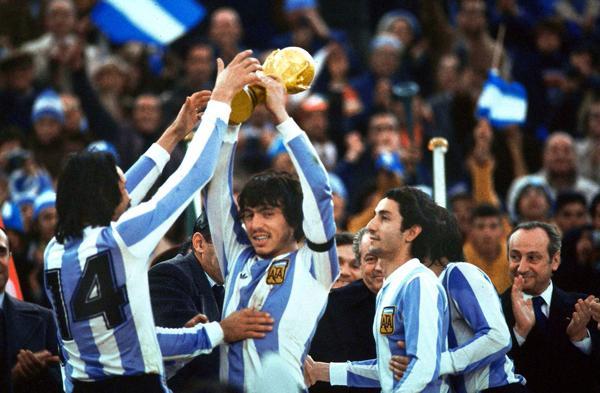 1978: La Selección argentina de fútbol organizó y ganó el primer Mundial de su historia. Lo logró luego de ganarle la por 3 a 1 a Holanda. La Copa del Mundo se disputó en un país gobernado por una dictadura militar que encabezaba el general Jorge Rafael Videla (AP)