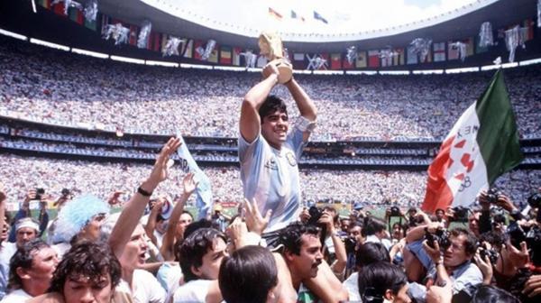 """1986: La Selección argentina obtuvo su segundo Mundial de fútbol luego de vencer a Alemania en la final. Aquel certamen estuvo marcado por el protagonismo de Diego Maradona en el equipo que dirigía Carlos Bilardo. En el partido ante Inglaterra, el astro argentino convirtió los goles conocidos como """"la mano de Dios"""" y el """"mejor gol de la historia de los mundiales"""""""