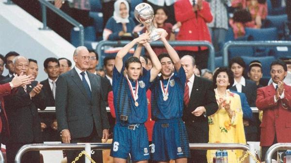 1997: El seleccionado argentino Sub 20 gana el Mundial de Malasia. Entre 1994 y 2007 obtuvo cinco títulos juveniles de la mano de José Pekerman