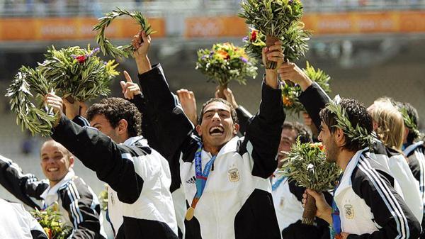2004: Bajo la conducción de Marcelo Bielsa, la Selección de fútbol consiguió en Atenas su primera medalla olímpica de oro. Cuatro años más tarde, en Beijing, repitieron la gesta