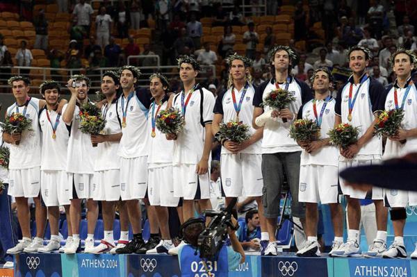 2004: En los Juegos Olímpicos de Atenas, y con Emanuel Ginóbili como abanderado, la Selección de básquet cosechó la medalla de oro al vencer en la final a Italia. En semifinal, el conjunto dirigido por Rubén Magnano dio el gran golpe al eliminar a Estados Unidos, un equipo formado por las estrellas de la NBA