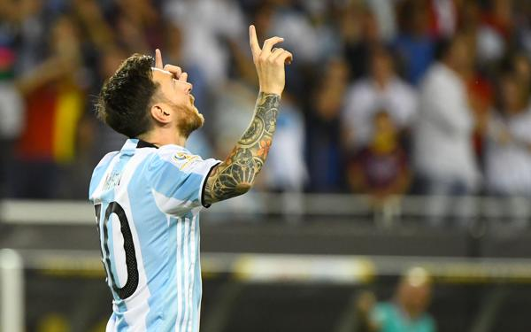 2016: Durante la Copa América Centenario, en la victoria ante Estados Unidos por 2 a 0, Lionel Messi marcó su tanto número 55 y se convirtió en el máximo goleador de la historia de la Selección. Con esta nueva marca superó al ex delantero Gabriel Batistuta (Reuters)