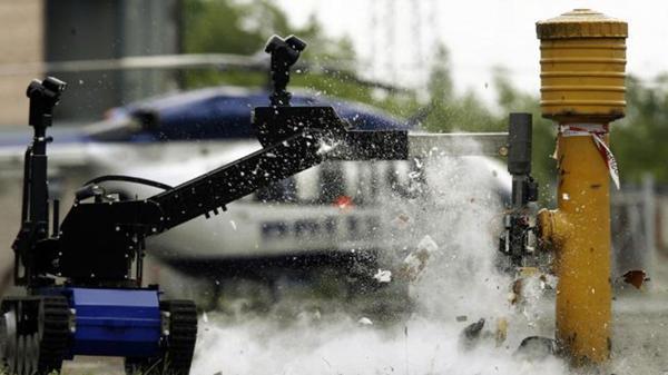 Un robot controlado remotamente detona un artefacto explosivo durante un ejercicio (AFP)