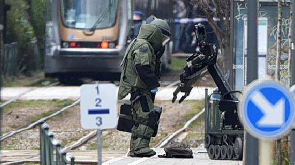Un robot es usado en Bruselas durante una amenaza terrorista (AFP)